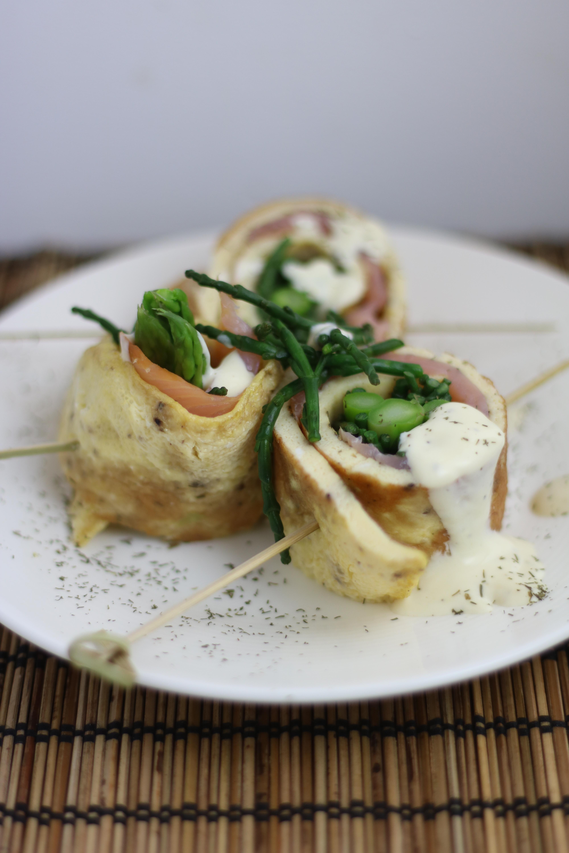 omeletrolletjes gerookte zalm, groene asperges en zeekraal