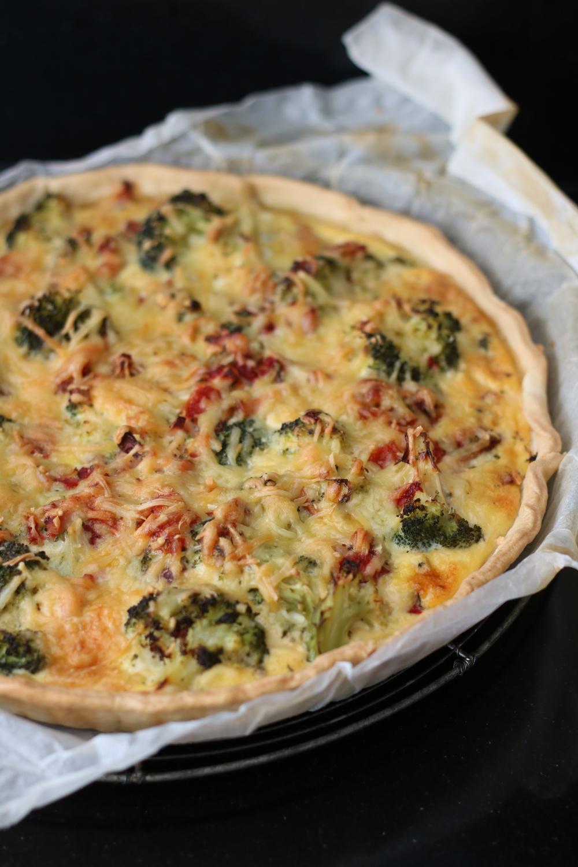 Quiche met gerookte kip en broccoli